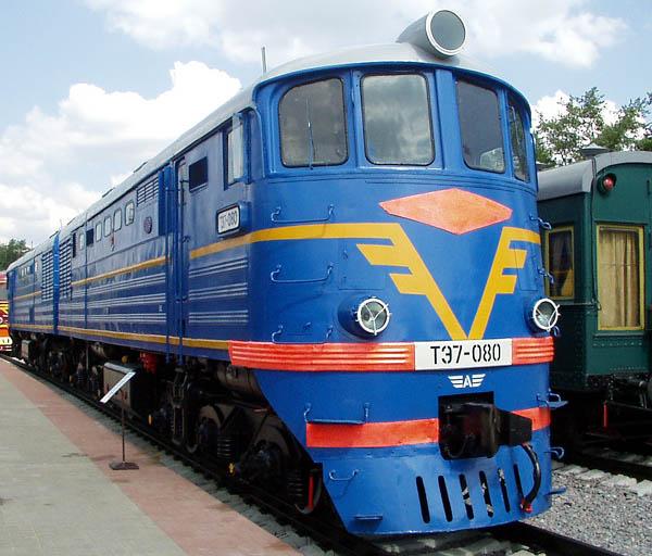 Под открытым небом на Рижском вокзале представлено несколько десятков старинных паровозов и локомотивов.
