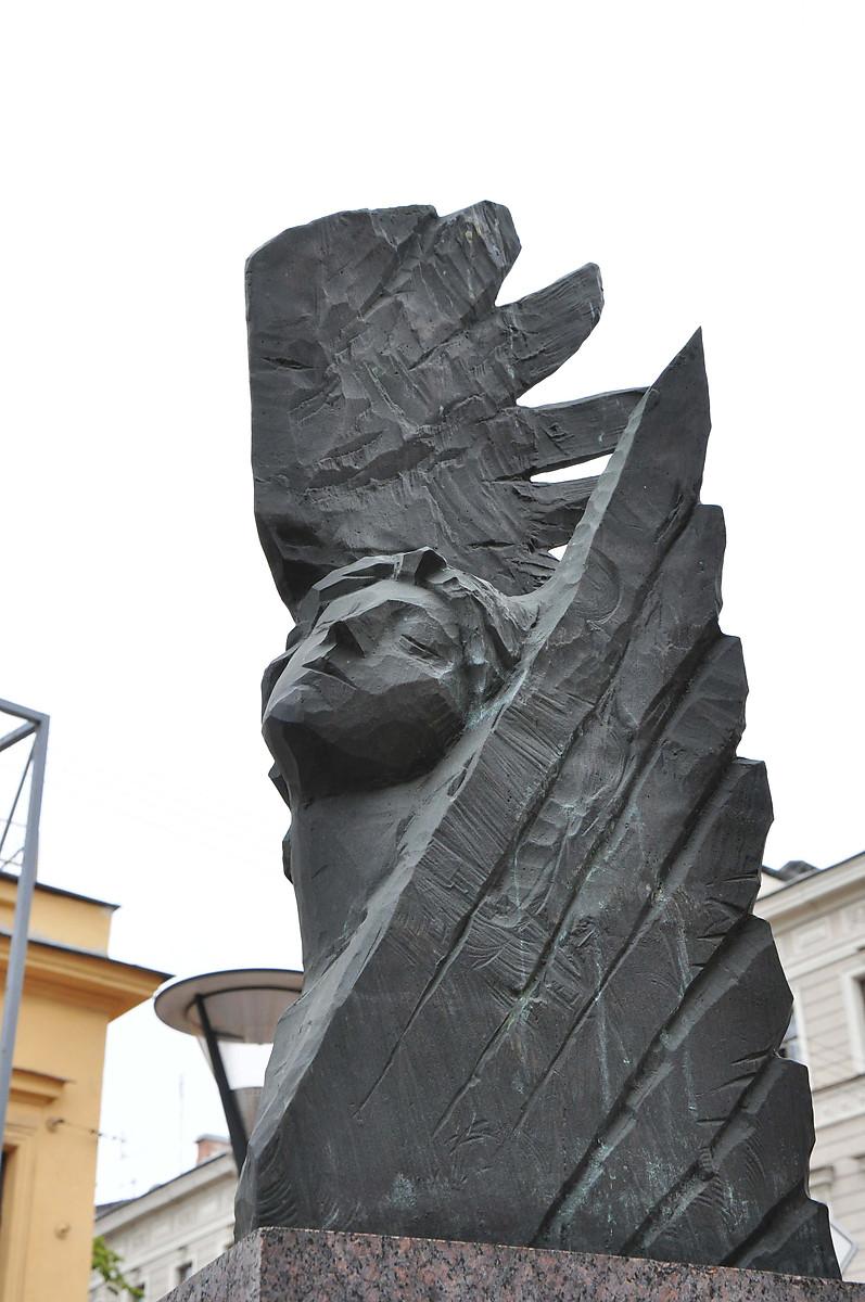 Памятник с ангелом Рыбинск Лампадка из покостовского гранита Олекминск