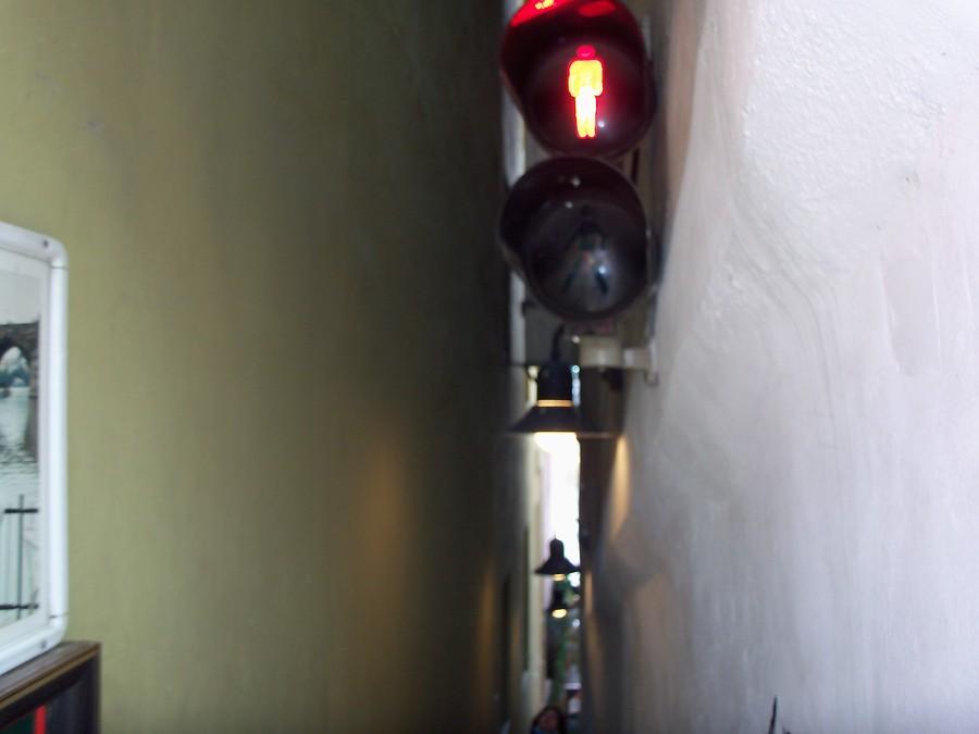 Светофор на узкой пешеходной улице в Праге