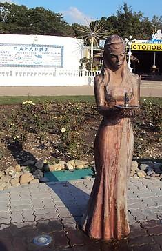 Девушка с фонтантомв Геленджике
