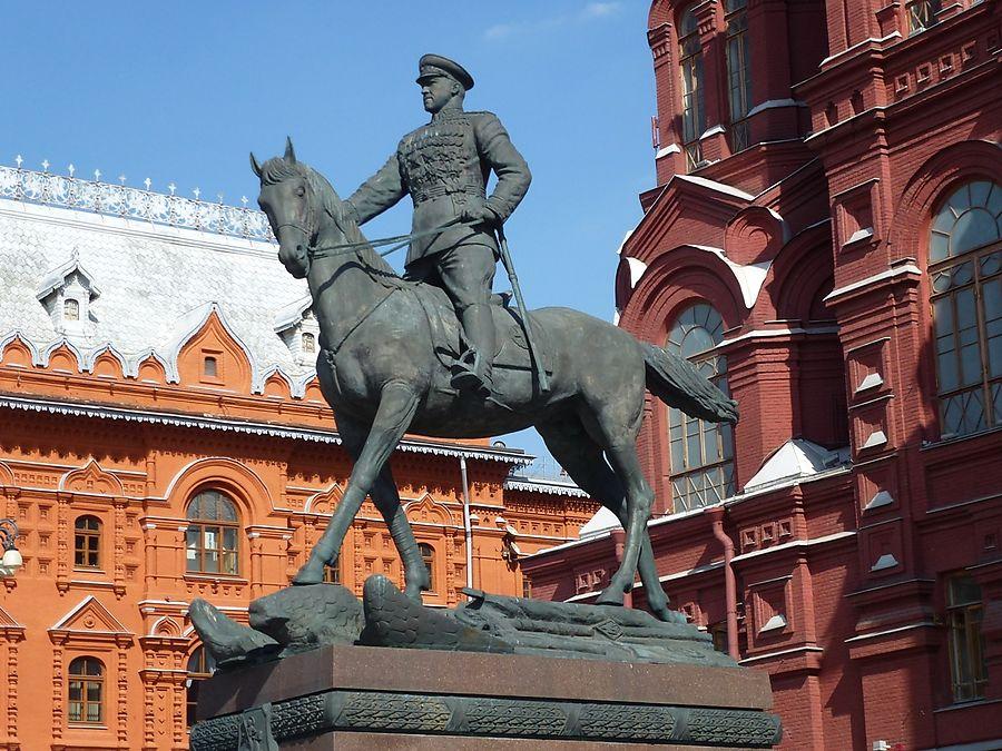 O monumento ao Marechal da União Soviética Georgy Zhukov em frente ao Museu de História perto da Praça Vermelha.
